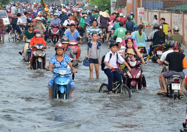 Người dân Sài Gòn, Cần Thơ quay cuồng lội nước trong ngày đầu tuần - 5
