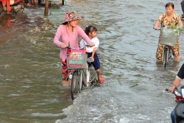 Người dân Sài Gòn, Cần Thơ quay cuồng lội nước trong ngày đầu tuần - 11