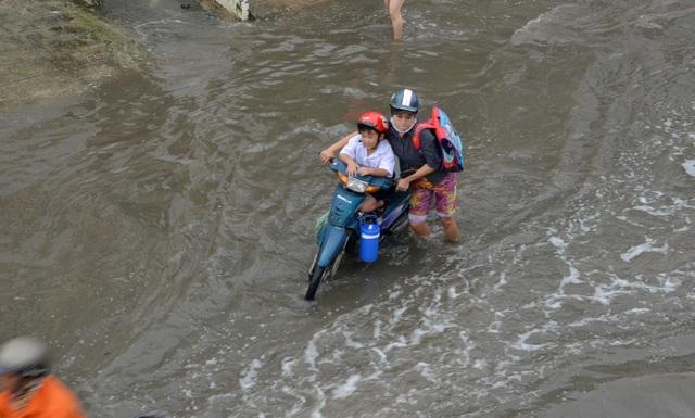 Người dân Sài Gòn, Cần Thơ quay cuồng lội nước trong ngày đầu tuần - 9