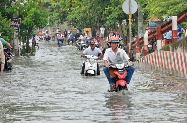 Người dân Sài Gòn, Cần Thơ quay cuồng lội nước trong ngày đầu tuần - 6