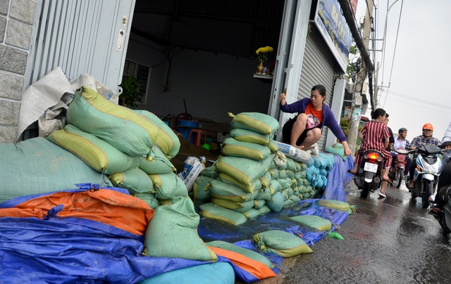 Người Sài Gòn hối hả xây tường rào chống giặc nước - 8