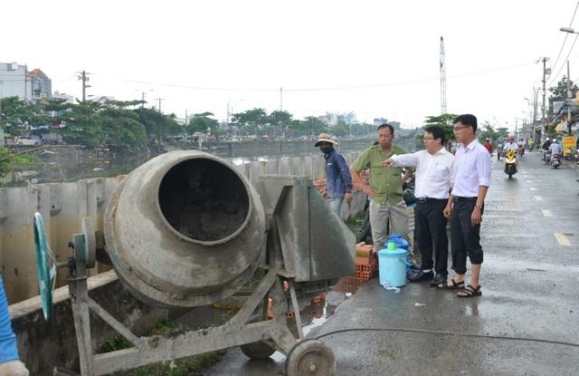 Người Sài Gòn hối hả xây tường rào chống giặc nước - 3