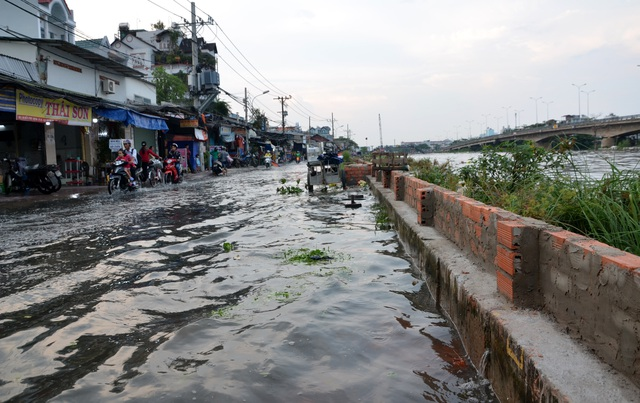 Người Sài Gòn vật vã lội sông, vượt nước ngập về nhà  - 8