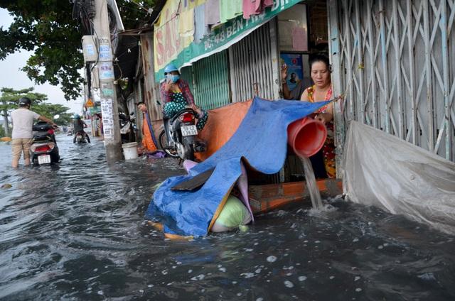 Người Sài Gòn vật vã lội sông, vượt nước ngập về nhà  - 16