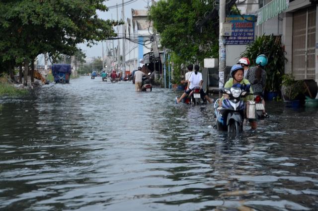 Người Sài Gòn vật vã lội sông, vượt nước ngập về nhà  - 12
