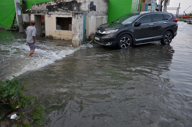 Người Sài Gòn vật vã lội sông, vượt nước ngập về nhà  - 10