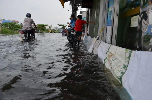 Người Sài Gòn vật vã lội sông, vượt nước ngập về nhà  - 15