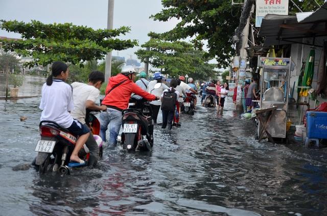 Người Sài Gòn vật vã lội sông, vượt nước ngập về nhà  - 14