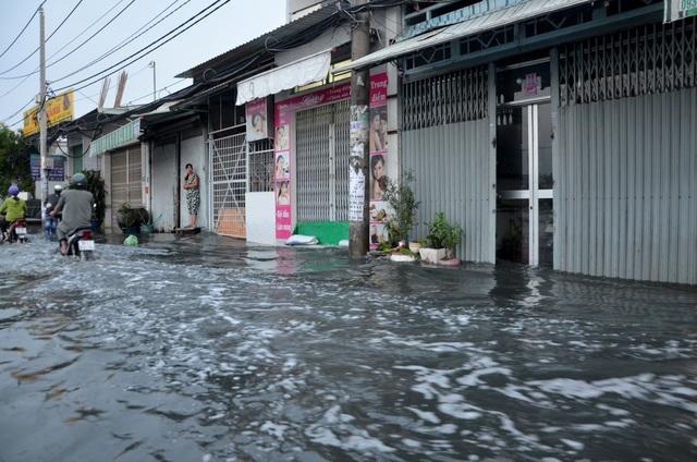 Người Sài Gòn vật vã lội sông, vượt nước ngập về nhà  - 11
