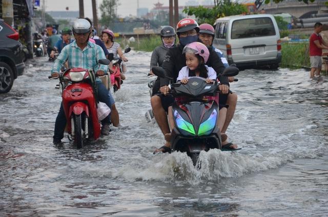 Người Sài Gòn vật vã lội sông, vượt nước ngập về nhà  - 18