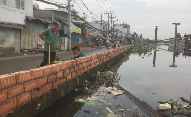 Người Sài Gòn vật vã lội sông, vượt nước ngập về nhà  - 4