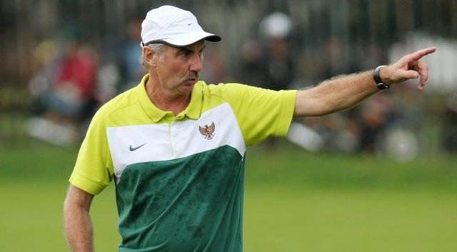 Lên cơn đau tim, HLV Alfred Riedl không thể nhận việc tại Indonesia  - 1