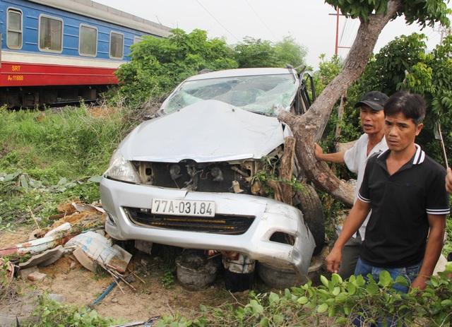 Tàu hỏa húc văng ô tô 7 chỗ, tài xế may mắn bị thương nhẹ - 1