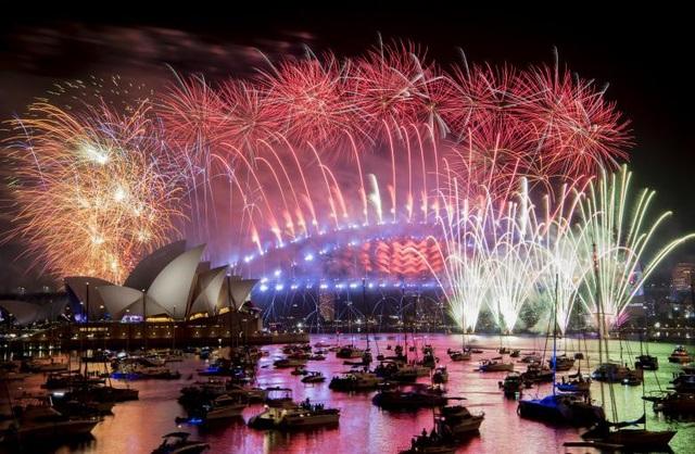 Pháo hoa thắp sáng cảng Sydney trong lễ đón năm mới tại Australia. (Ảnh: Reuters)