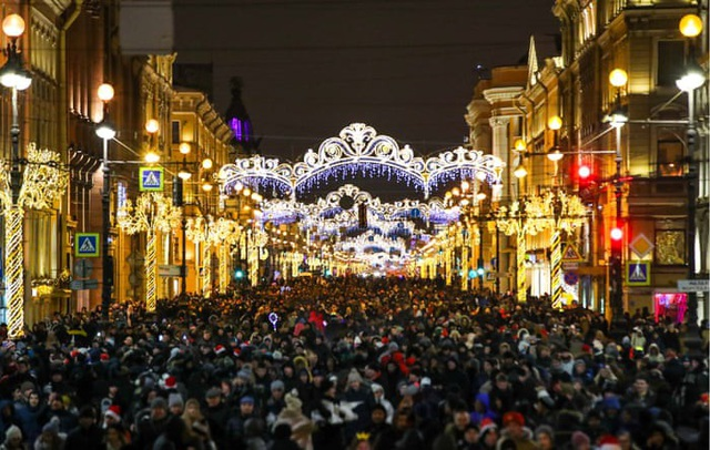 Không khí đón năm mới ở trung tâm thành phố St. Petersburg, Nga. (Ảnh: TASS)