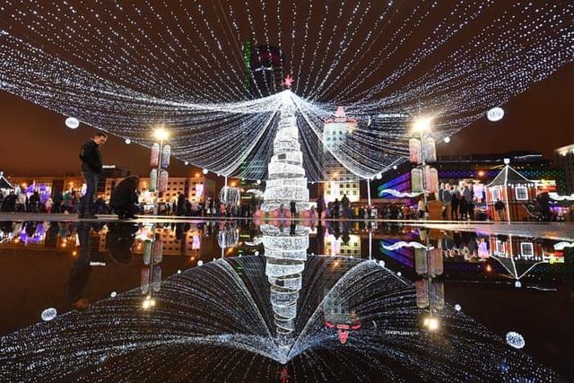 Hiệu ứng ánh sáng ấn tượng chào đón năm mới tại Minsk, Belarus. (Ảnh: TASS)