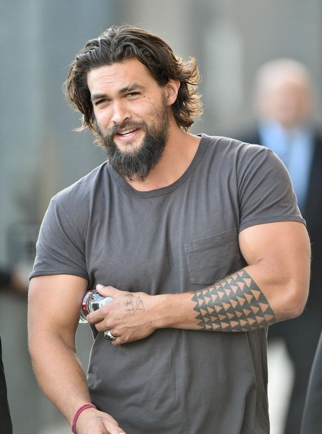 Đứng đầu bảng - Nam diễn viên sinh ra ở đảo Hawaii - Jason Momoa (39 tuổi) - đã khiến công chúng thích thú với vẻ đẹp diện mạo của anh kể từ khi xuất hiện trong loạt phim truyền hình Mỹ Trò chơi vương quyền. Trong năm nay, anh xuất hiện trong bộ phim điện ảnh Aquaman và càng khiến công chúng yêu thích hơn nữa.