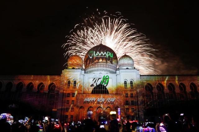 Pháo hoa được bắn trên bầu trời Putrajaya ở Malaysia. (Ảnh: Getty)