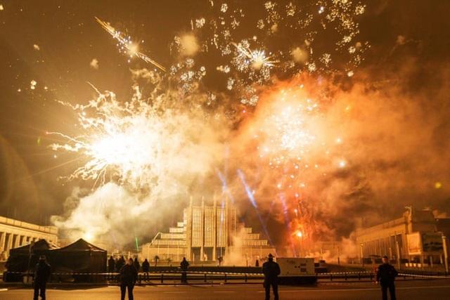 Người dân Bỉ đón xem pháo hoa tại Brussels. (Ảnh: REX)