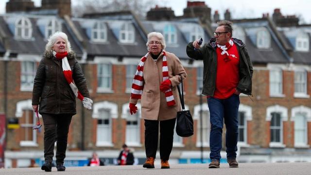 Các cổ động viên Arsenal tới theo dõi trận đấu bóng đá đầu năm