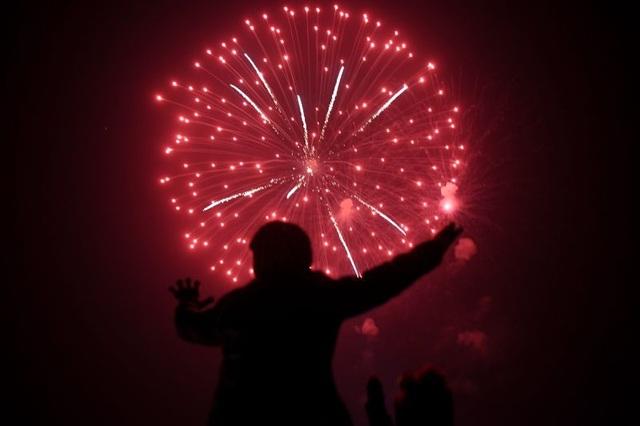 Người đàn ông xem bắn pháo hoa tại Karachi, Pakistan. (Ảnh: AFP)