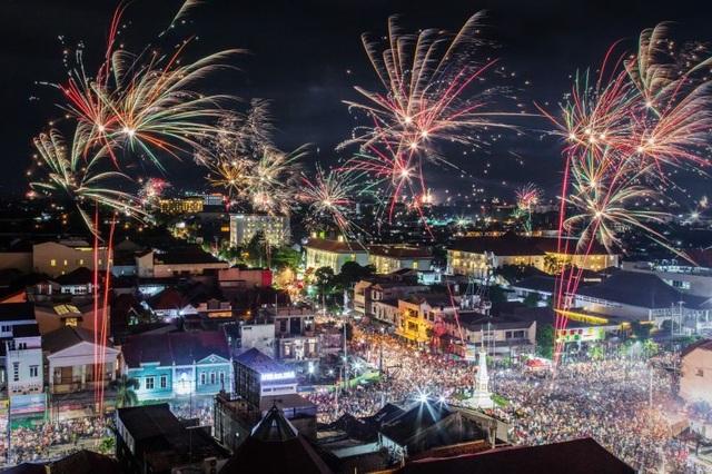 Dòng người chật cứng xem pháo hoa ở Yogyakarta, Indonesia. (Ảnh: Getty)