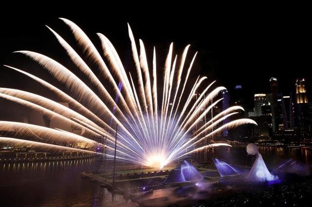 Pháo hoa được phóng hình cánh quạt tại vịnh Marina, Singapore trong lễ đón năm mới. (Ảnh: Reuters)