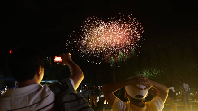 Thích thú với màn pháo hoa ở Công viên văn hóa Đầm Sen