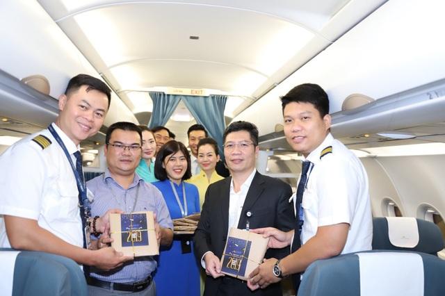 Nhà ga HKQT tặng quà chúc mừng năm mới đến các hành khách và phi hành đoàn trên chuyến bay đầu tiên khởi hành từ sân bay quốc tế Đà Nẵng năm 2019