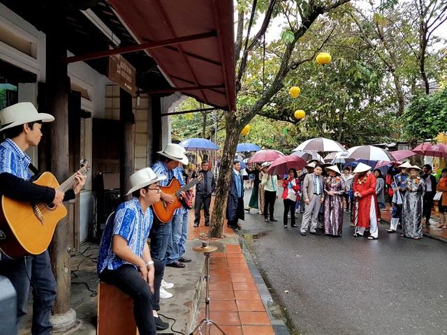 Đoàn khách tản bộ tham quan phố cổ Hội An