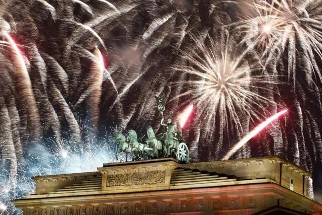 Pháo hoa được bắn tại khu vực cổng Brandenburg ở thủ đô Berlin, Đức. (Ảnh: Reuters)