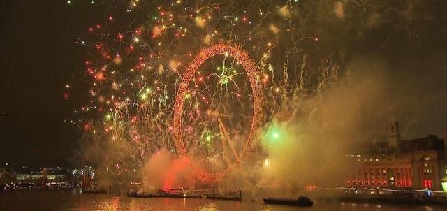 Vòng đu quay London Eye, biểu tượng nổi tiếng của thủ đô nước Anh, rực sáng với màn bắn pháo hoa. (Ảnh: Sky)