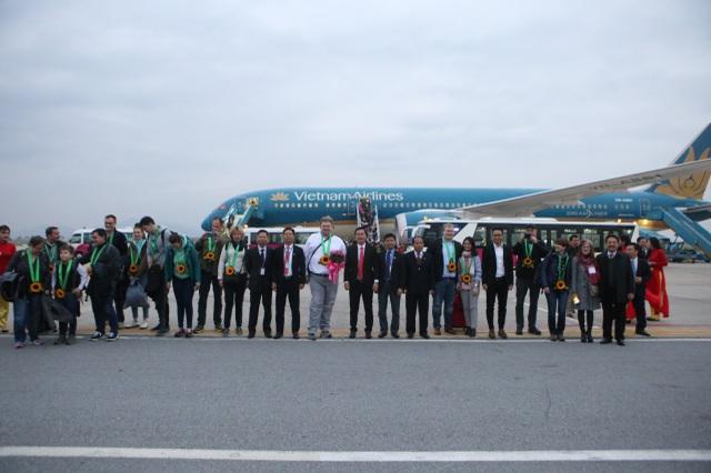 Ông Trịnh Ngọc Thành - Phó Tổng giám đốc Vietnam Airlines cùng lãnh đạo Sở Du lịch Hà Nội chào đón các vị khách quốc tế đầu tiên đến Hà Nội trên chuyến bay VN36 từ Frankfurt (Đức).