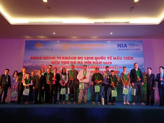 Lãnh đạo Vietnam Airlines và Sở Du lịch Hà Nội tặng quà lưu niệm cho cho các vị khách quốc tế đầu tiên đến Hà Nội.