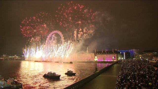 Hơn 100.000 người dân Anh đã cùng nhau chứng kiến màn bắn pháo hoa ấn tượng tại London. (Ảnh: Sky)