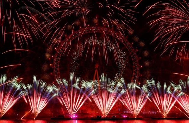"""Khoảng 12.000 quả pháo hoa đã được sử dụng cho """"bữa tiệc"""" ánh sáng trong đêm giao thừa tại London. (Ảnh: Sky)"""