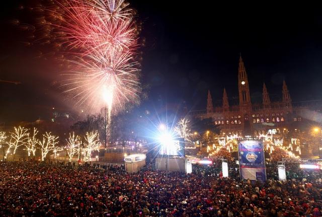 Đông đảo người dân thưởng thức bữa tiệc pháo hoa tại Vienna, Áo trong đêm giao thừa. (Ảnh: Sky)