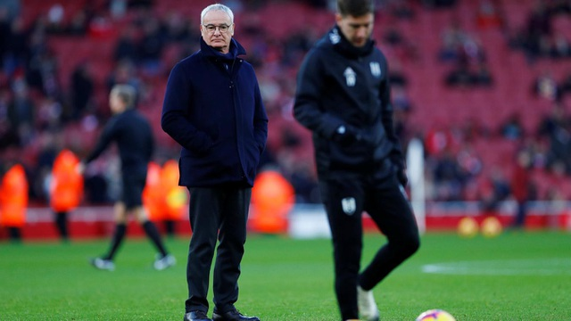 HLV Ranieri ra sân cùng các học trò khi đội bóng của ông khởi động. Chiến lược gia người Italia đang giúp Fulham thi đấu tốt hơn nhưng chưa đủ để bứt khỏi khu vực xuống hạng