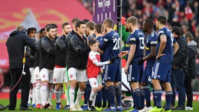 Cầu thủ hai đội bắt tay nhau trước khi bước vào trận đấu