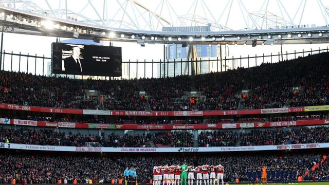 Phút mặc niệm cho cựu chủ tịch Arsenal - Peter Hill-Wood, người vừa qua đời vào ngày cuối cùng của năm 2018