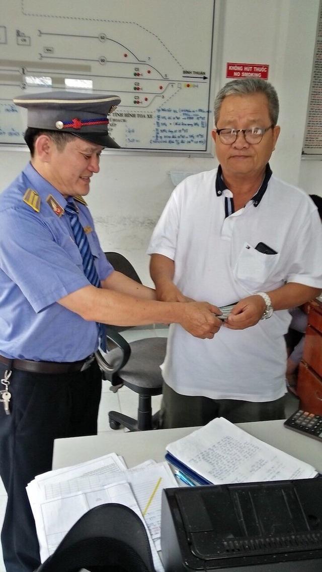 Hành khách Nguyễn Văn Hòa may mắn nhận lại được giấy tờ tùy thân và 3.000 USD