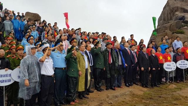 Mặc dù trời mưa, nhưng vẫn có hơn 500 cán bộ, chiến sĩ, du khách và nhân dân tham gia buổi chào cờ đầu năm