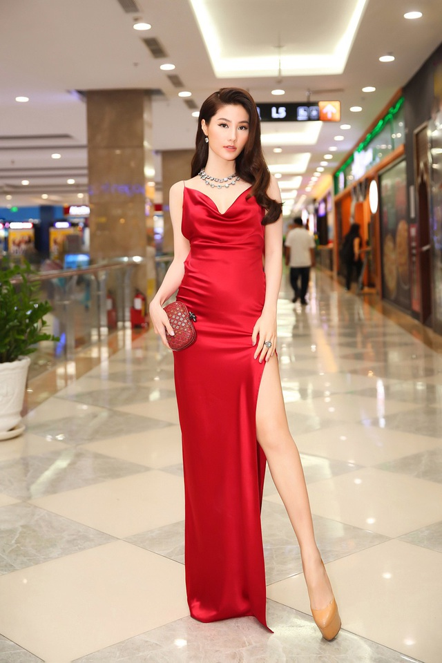 Váy xẻ tà cao để lộ đôi chân dài thẳng tắp vạn người mê.
