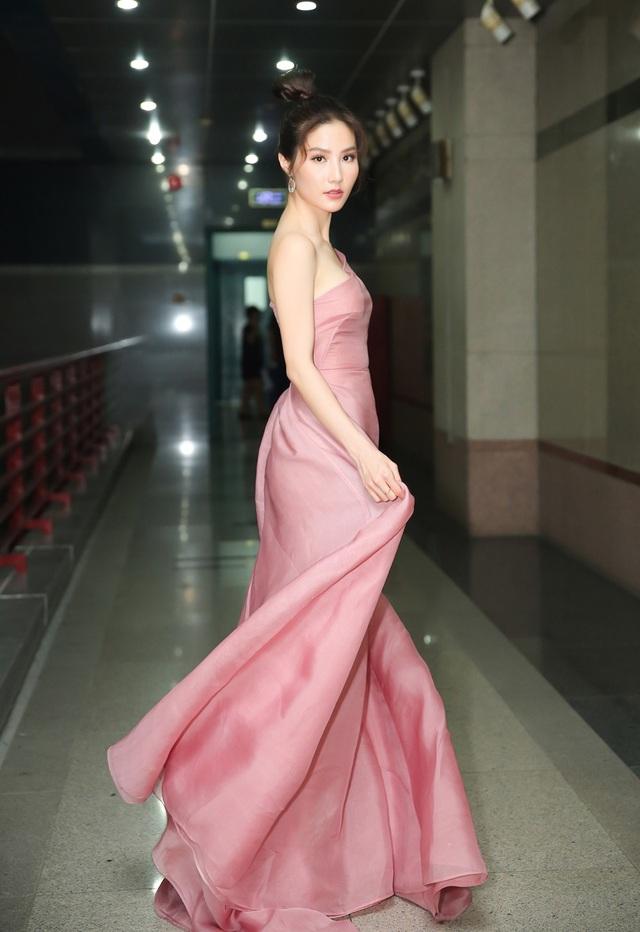Khán giả nhìn thấy ở cô sự gợi cảm, nữ tính, sang chảnh và đẳng cấp với những trang phục của những tên tuổi nhà thiết kế nổi tiếng, đi cùng phụ kiện hàng hiệu đắt tiền.