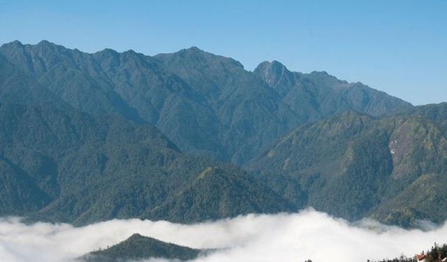 Dãy núi Hoàng Liên hùng vỹ trong đó có Vườn quốc gia Hoàng Liên (Sa Pa ) nhìn từ thị trấn du lịch nổi tiếng Sa Pa.