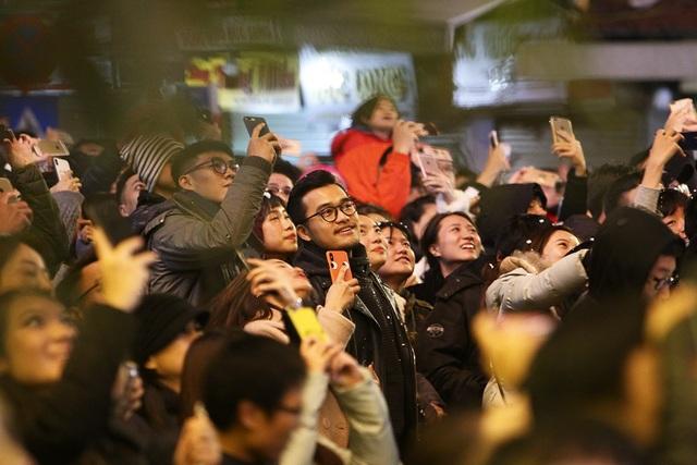 Nét vui tươi của người dân khi thời khắc chuyển giao năm mới đã đến. Trong ảnh là không khí phấn khởi ở khu vực quảng trường lúc 0 giờ.