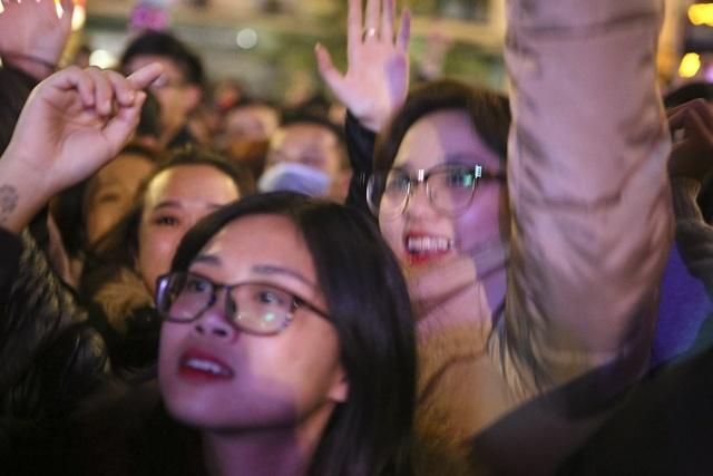 Các bạn trẻ không ngại ngần biểu lộ cảm xúc và hát theo những bài hát rộn rã.