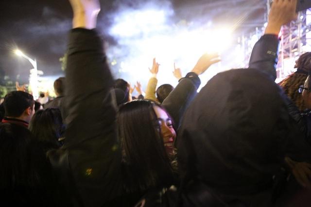Hàng nghìn người lắc lư nhảy theo tiếng nhạc.