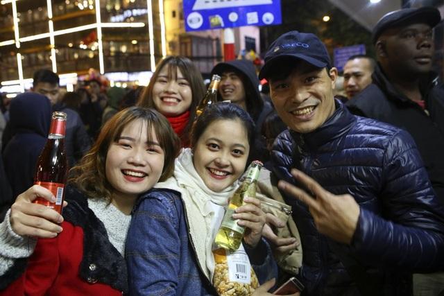 Người dân có mặt đây đều tỏ ra phấn khởi và háo hức chờ đợi giờ khắc chuyển giao năm mới.