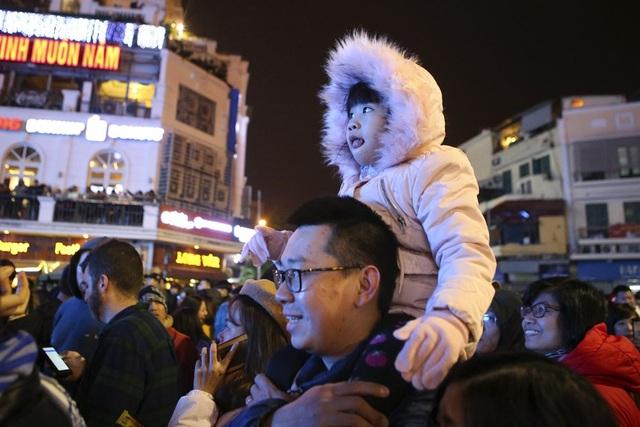 Trẻ nhỏ được bế trên vai người lớn mới có thể nhìn thấy sân khấu, song chỉ cần nghe tiếng nhạc và âm thanh sôi động xung quanh cũng đủ gây hưng phấn.
